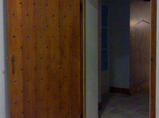 Porte intérieure cloutée