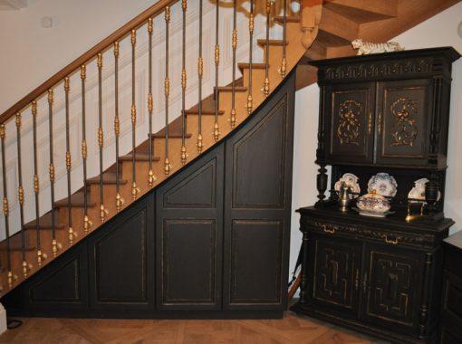Cuisine ancienne noir et or (escalier et buffet)