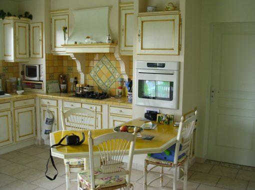 Cuisine carrelée avec meubles à l'ancienne et table intégrée