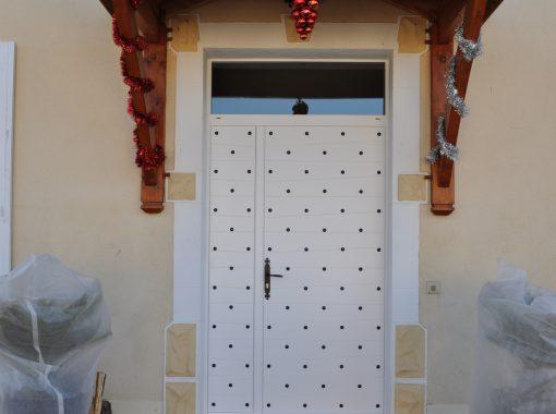 Porte d'entrée blanche cloutée